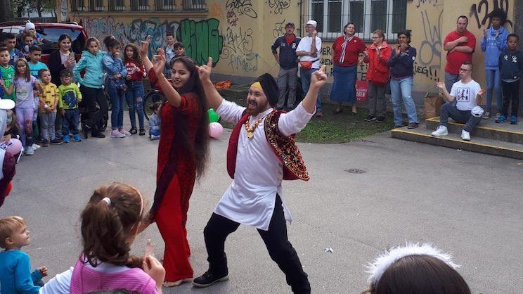 Pal und Jasmid tanzen