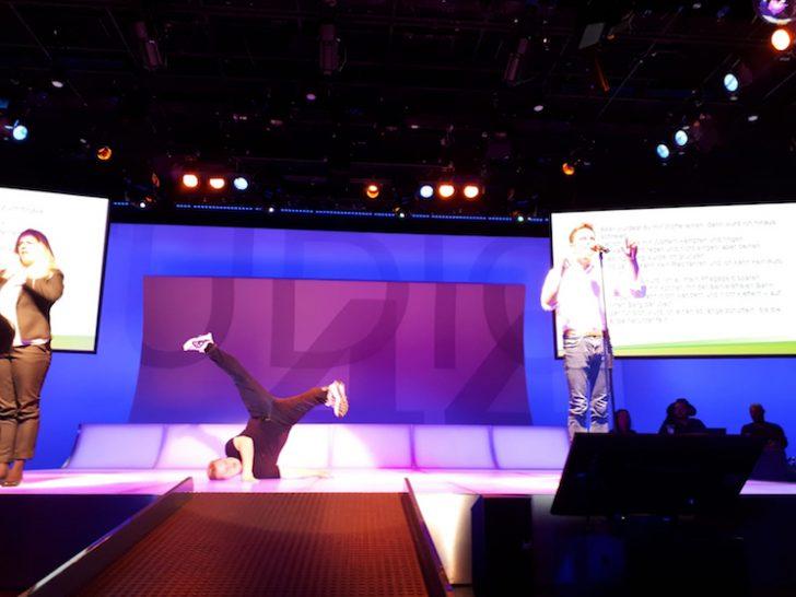 Eine Gebärdendolmetscherin, Raphael Kadrnoska und Emil Kaschka auf der Bühne des Studio 44.